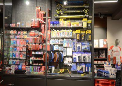 Shop_innen_Zubehörwand